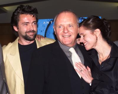 LOS ANGELES, CALIFORNIA - Actor Anthony Hopkins (C) poses with co-star Angus Macfadyen (L) and director Julie Taymor, at the premiere of their new drama film 'Titus,' December 14 in Beverly Hills. The film is based on the story of the great Roman general Titus Andronicus and opens in New York and Los Angeles December 25. Photo by Rose Prouser (Reuters)